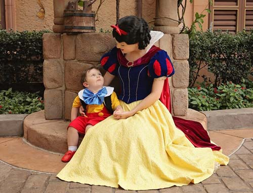 Jack Jack with Snow White- Image Source: Amanda Coley/ Disney Adventures & Autism Facebook , crowdink.com, crowdink.com.au, crowd ink, crowdink